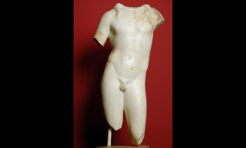 [MR 3119] – Escultura de marbre, fragmentada, que representa Bacus, el déu del vi i de la verema. Procedeix de la vil·la romana del Murtrar (Riudoms). Segle II.